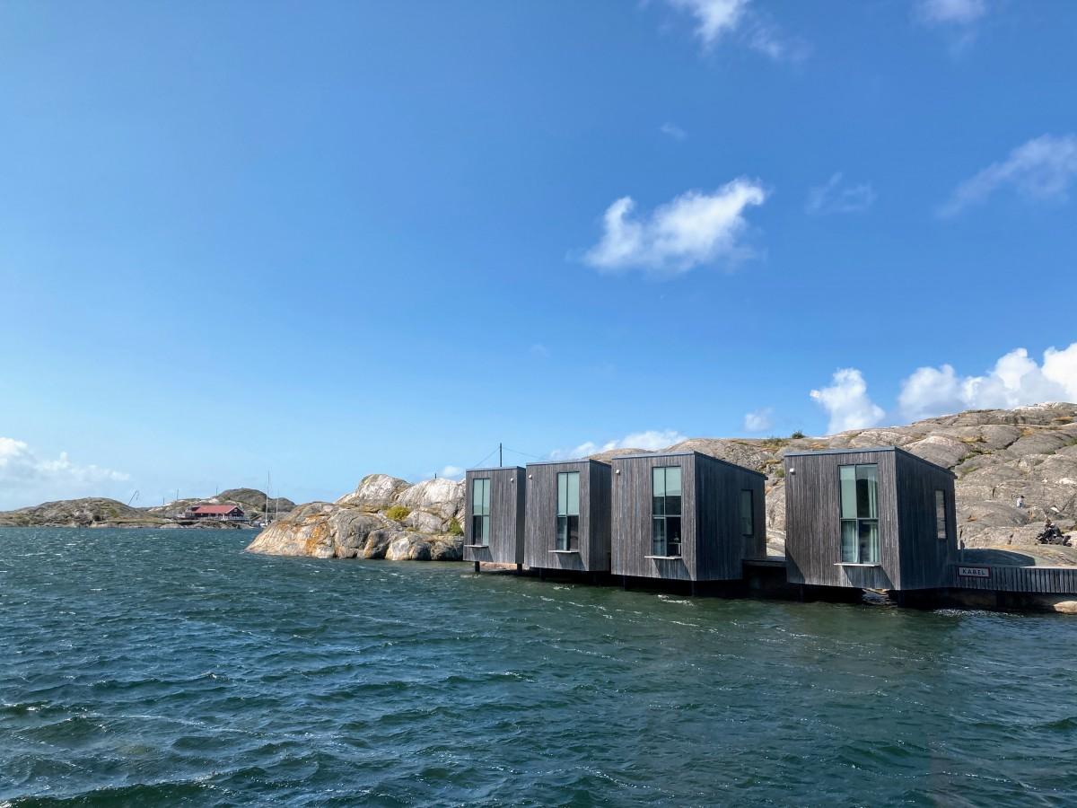 こちらはアーティストの滞在制作向けの建物。美術館の向こう岸にあり、橋を渡って前まで行けます